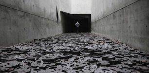 Menashe Kadishman, Le foglie cadute, 10000 volti in acciaio punzonato, installazione all'interno del Museo Ebraico di Berlino. I visitatori sono invitati a camminare sui volti e ad ascoltare il fragore prodotto dalle lastre di metallo che sbattono l'una contro l'altra.