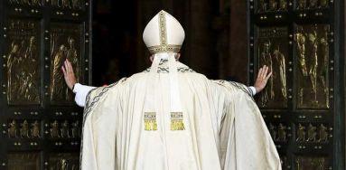 Papa Francesco apre la porta santa in Vaticano ©Reuters/Rossi