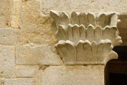 Capitello sinistro del portale di ingresso