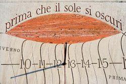 Bose, cadran solaire en pierre de Silvio Magnani