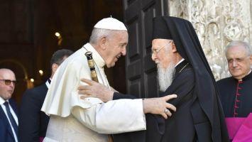 Il saluto tra papa Francesco e il Patriarca Bartholomeos