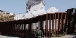 JR, installazione sul muro di confine tra Messico e Stati Uniti.
