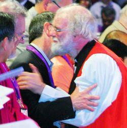 Fr. Guido reçoit l'accolade de l'Archevêque Rowan Williams durant la célébration de l'accueil des participants œcuméniques à la Conférence de Lambeth 2008