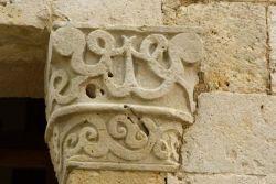 Capitello destro del portale di ingresso