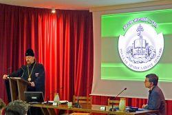 il vescovo Ioann Popov durante la sua conferenza