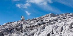 OFIS Arhitekti in collaborazione con gli ingegneri locali CBD, Kanin Winter Cabin, progettata per resistere a condizioni meteorologiche estreme sul Monte Kanin (slovenia).