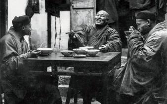 Monaci buddhisti che gustano noodles presso Shanghai nel 1931.  Fotografia di Paul De Gaston, National Geographic Creative