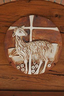 Agnus Dei, gres refrattario, tímpano da porta da igreja