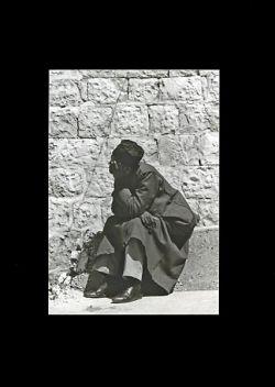 Gerusalemme, giovane in meditazione