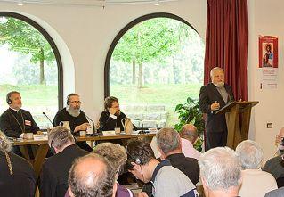 Enzo Bianchi, Priore di Bose legge i ringraziamenti finali, al tavolo i Metropolìti Elpidofòros di Bursa, Paul di Aleppo e Ilarione di Volokolamsk