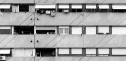 Andrea Boccalini, Corviale. Corviale è un complesso abitativo tra le più controverse opere architettoniche realizzate nell'Italia post-bellica, lungo poco meno di un chilometro abitato complessivamente da circa 6000 persone: un alveare umano formato da 120 nuclei familiari. Da lungo tempo è al centro di un piano di riqualificazione che cerca di porre rimedio a scelte urbanistiche sbagliate.