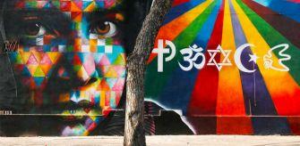 Eduardo kobra, Peace, murales, Roma. Una immagine colorata per raccontare la pace attraverso gli occhi del premio nobel Malala che è raffigurata nel murales. I simboli delle grandi religioni se visti con attenzione formano la parola PEACE (pace).